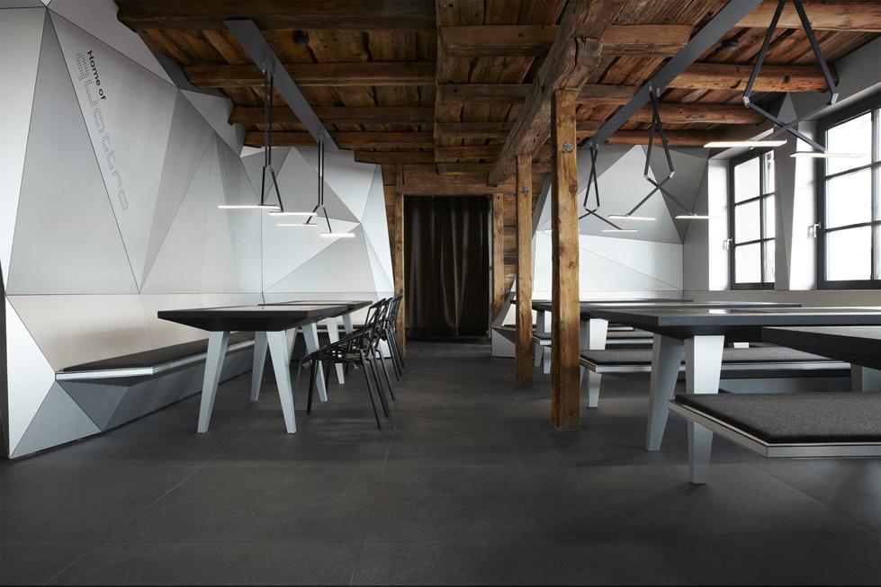 一座带着热心艳红和高科技姿态的小屋quattro Festkogl Alm for Audi  Designliga (16)