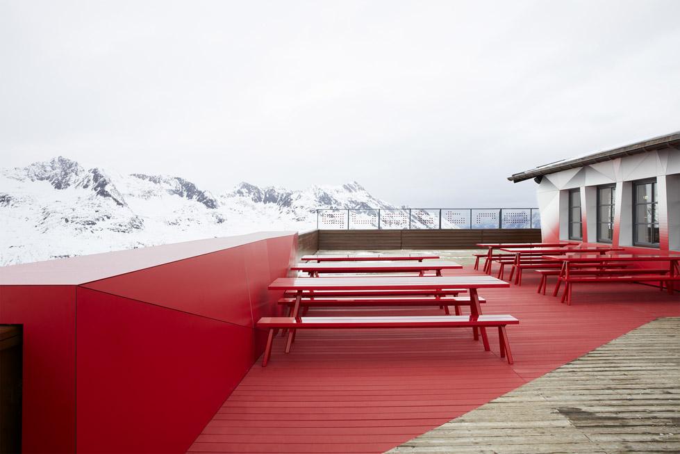 一座带着热心艳红和高科技姿态的小屋quattro Festkogl Alm for Audi  Designliga (2)