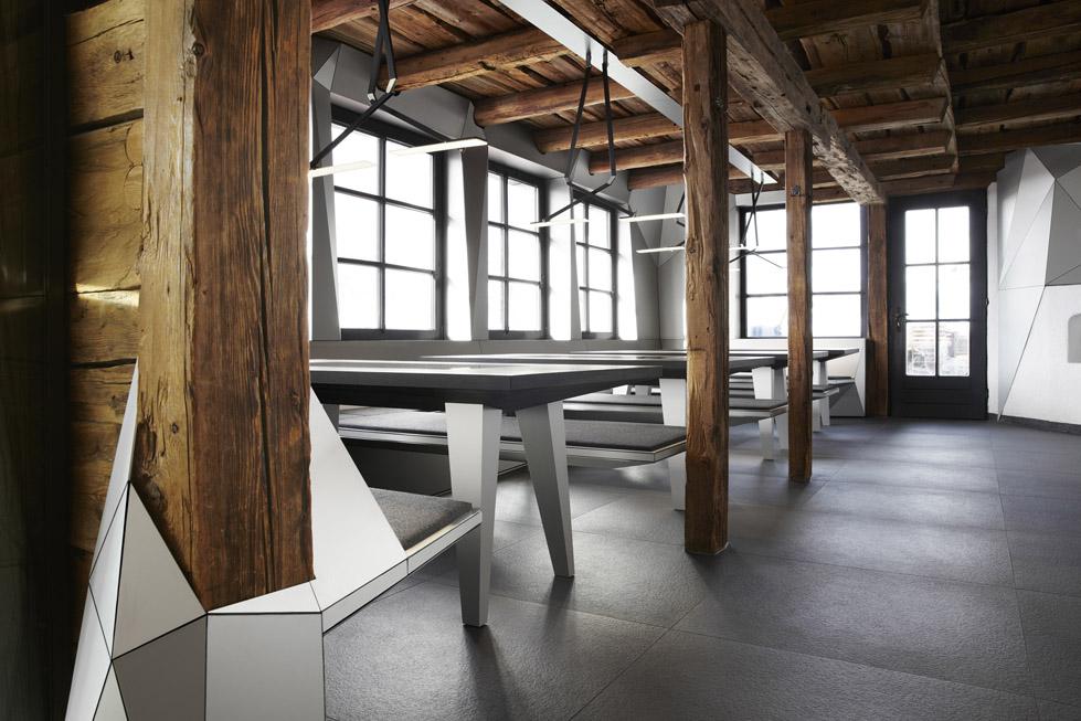 一座带着热心艳红和高科技姿态的小屋quattro Festkogl Alm for Audi  Designliga (6)