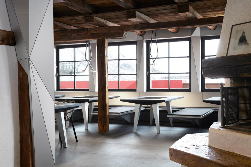 一座带着热心艳红和高科技姿态的小屋quattro Festkogl Alm for Audi  Designliga (7)