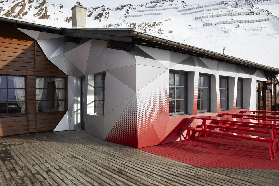 一座带着热心艳红和高科技姿态的小屋quattro Festkogl Alm for Audi  Designliga (8)