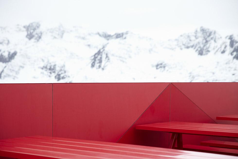 一座带着热心艳红和高科技姿态的小屋quattro Festkogl Alm for Audi  Designliga (11)