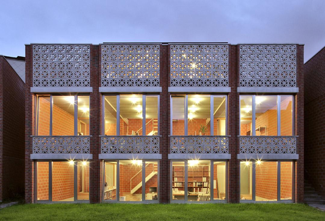 三栋住宅、一个办公室、一个庭院Mixed use infill 3 houses and an office  Collectief Noord  (2)