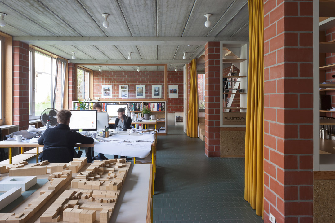 三栋住宅、一个办公室、一个庭院Mixed use infill 3 houses and an office  Collectief Noord  (10)