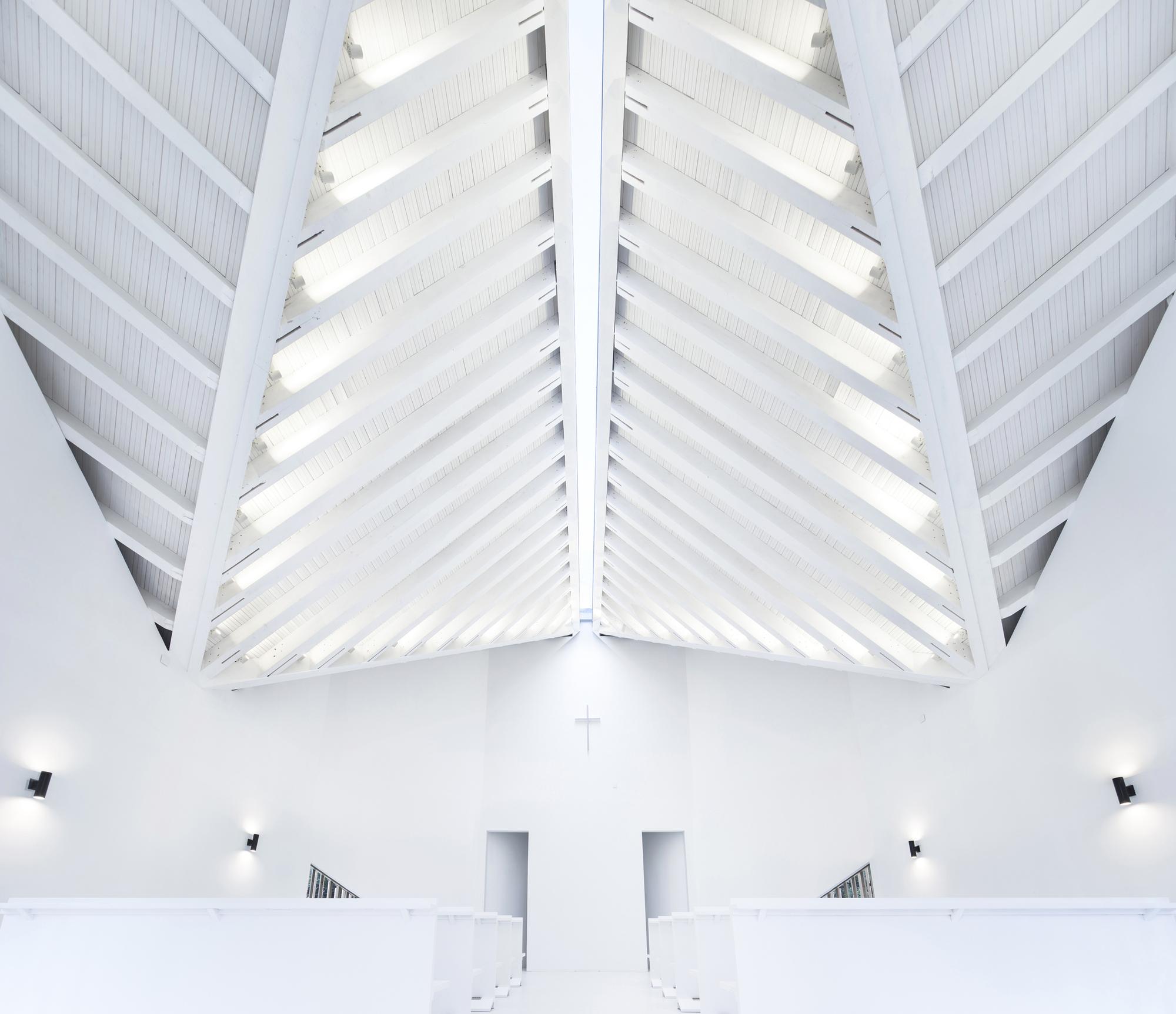 5434872bc07a80110e000024_nanjing-wanjing-garden-chapel-azl-architects_08_inside_light
