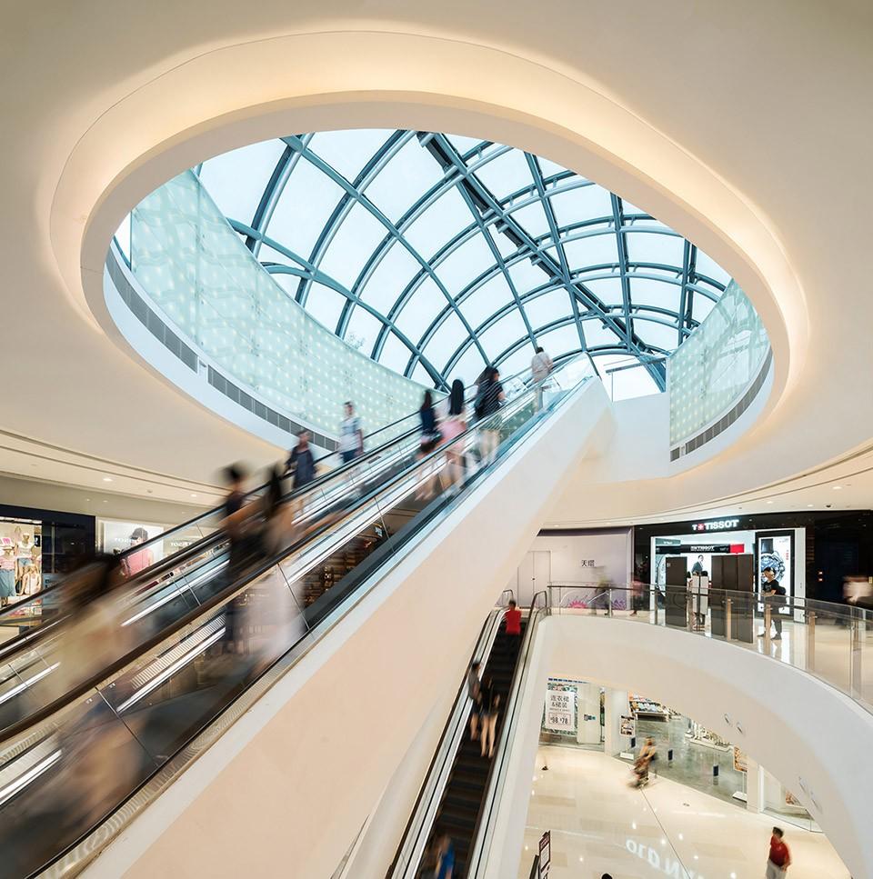 标志性建筑 Symbolic Architecture 天环高24米,是一个低层建筑,建有两层地面和三层地下层。由于项目高度较周边建筑为低,设计上采用抢眼和强烈的视觉效果,为广州新中轴增加韵律感。 建筑设计概念来自中国文化中象征着和平、和谐和财富的鲤鱼,不锈钢硬壳型结构屋顶酷似两条游动的鱼。双鱼造型大楼环绕中央花园而建,通过人行天桥连接。巨大的树状柱子支撑着屋顶,下方的花园空间将景观元素一直延伸到大楼室内。 项目规划亦考虑到可持续发展设计,雨水收集系统、节能低辐射玻璃幕墙和EFTE薄膜屋顶可提高建筑物的环